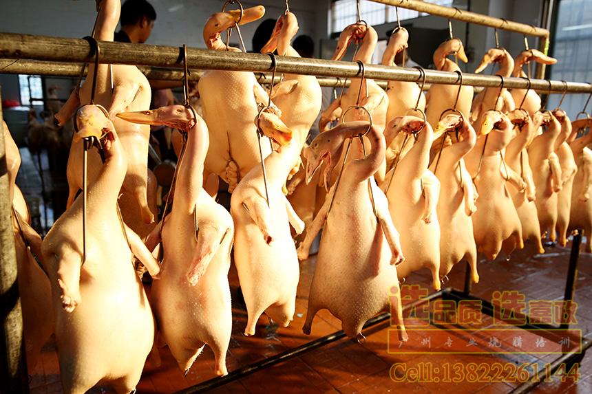 广东脆皮烧鸭做法培训_广州嘉政烧腊做皮水的秘诀