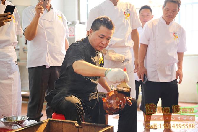 黄福豪师傅在教烧乳猪做法培训