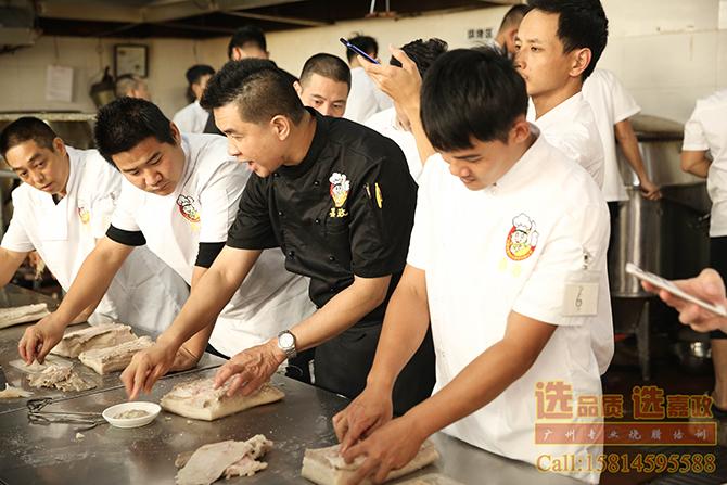 黄福豪师傅带领学员们实操学习做澳门烧肉