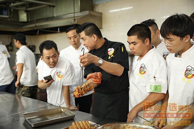 黄师傅讲解鸡翅膀腌制和上叉的技巧