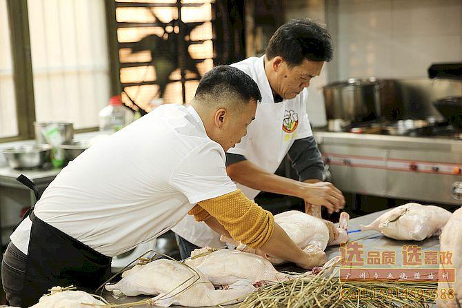 学员在学习烧鸭缝针操作
