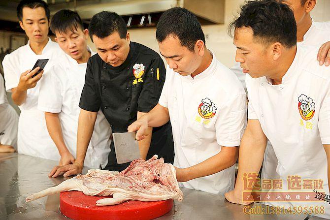 烧腊黄师傅在培训烧乳猪