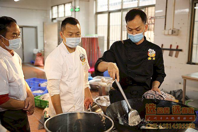 梁师傅在教学员炒糖色,用于潮州卤水调配