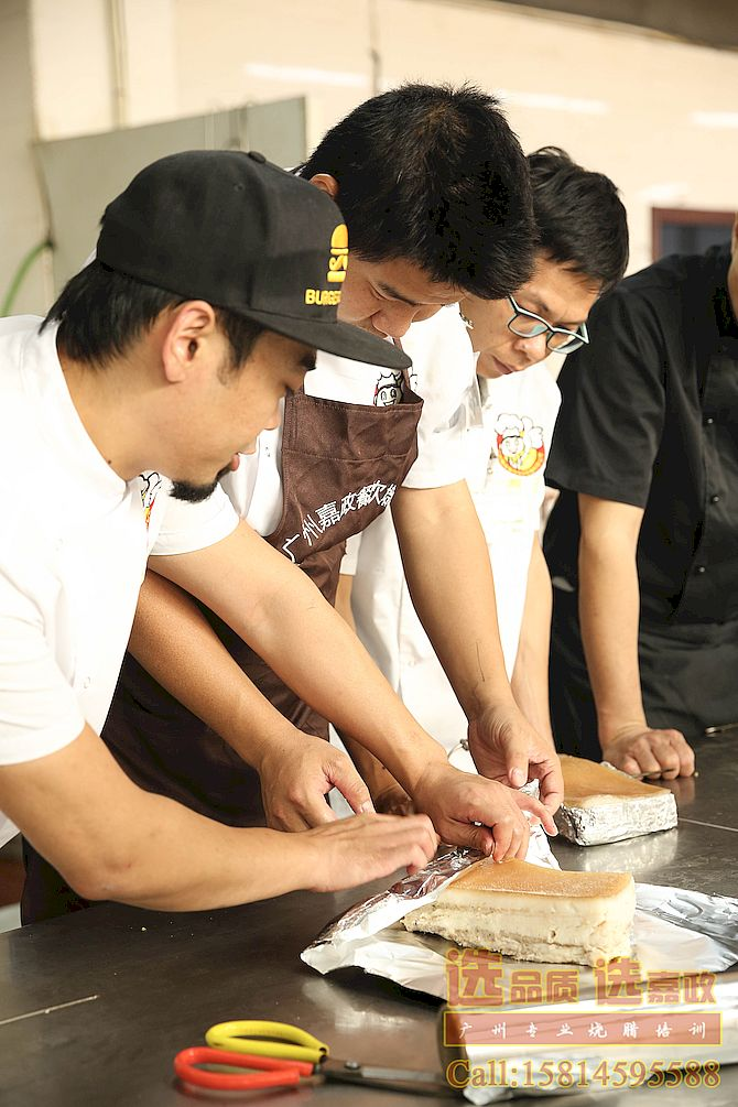 烧腊培训班学员在实操澳门烧肉