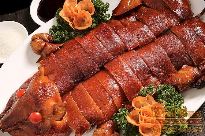 广东传统烧腊菜式-麻皮烧乳猪