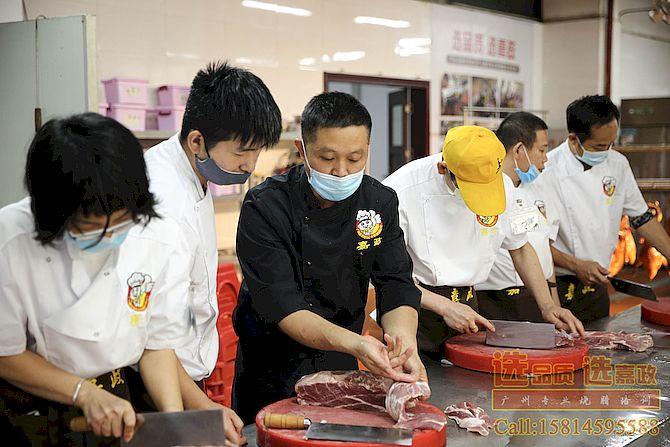 黄师傅在教学员切叉烧肉