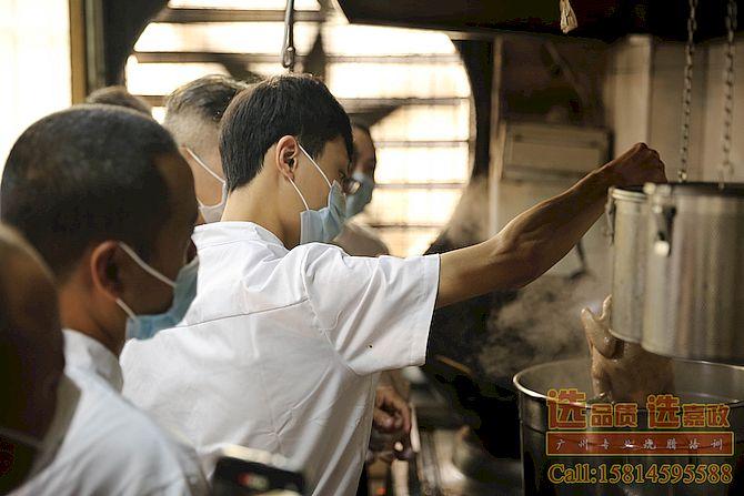 陈师傅在教学员做广东烧腊白切鸡