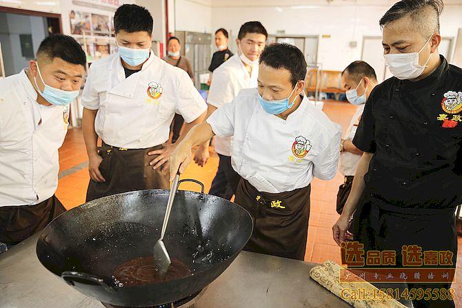 陈师傅在教学员炒糖色做玫瑰豉油鸡