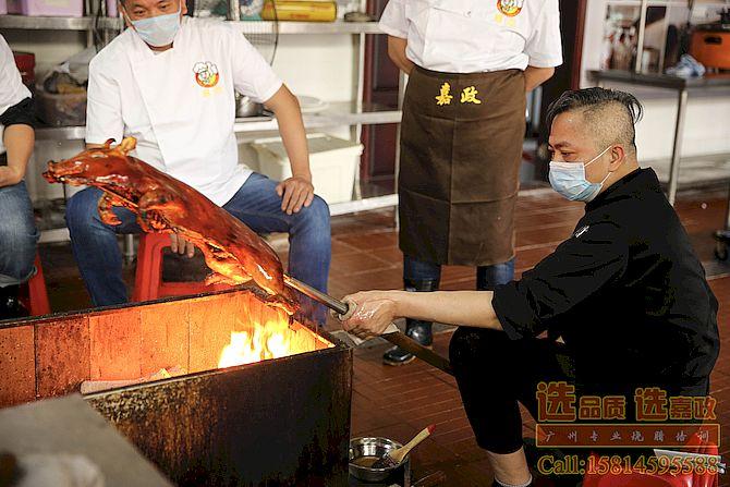 陈师傅在烧乳猪