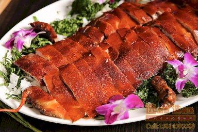 选材、烧烤,带你领略广东传统脆皮烧乳猪的魅力