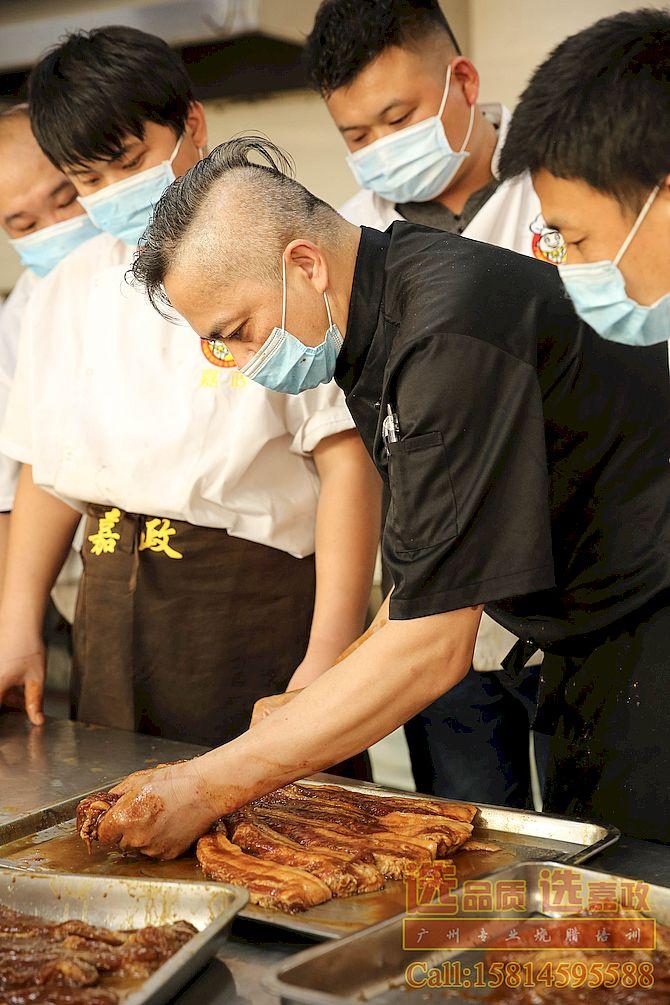 叉烧肉腌制与定型